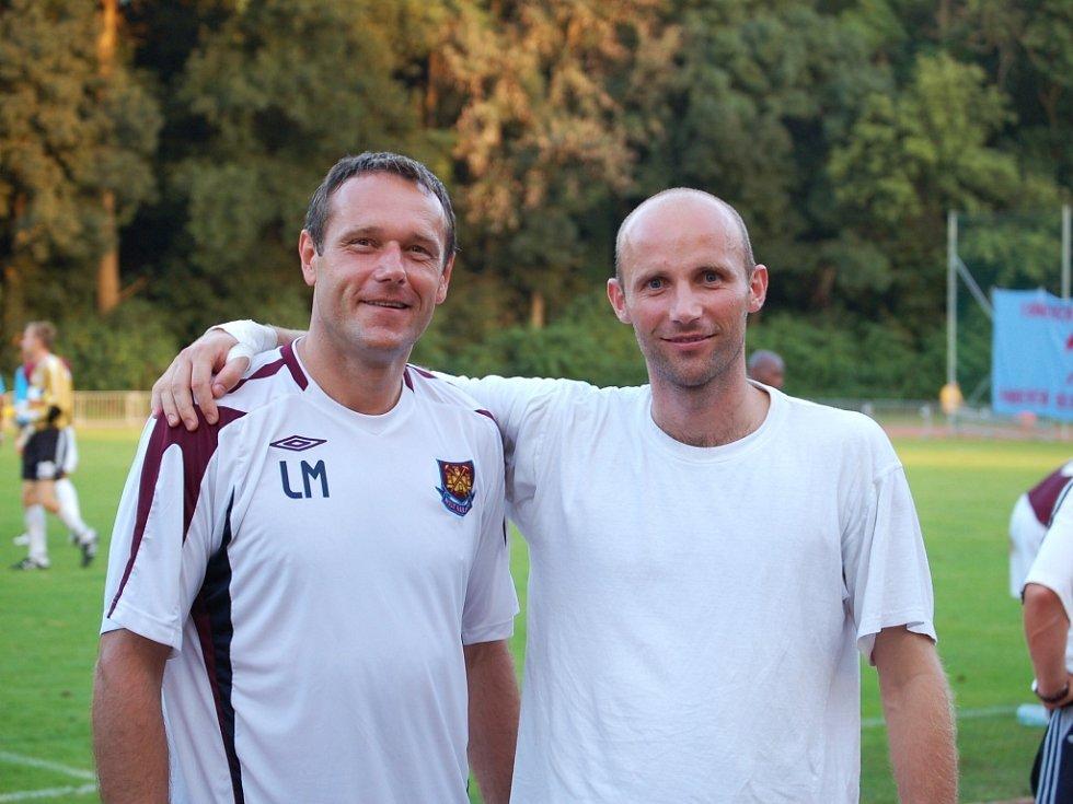 Trenérem brankářů londýnského týmu není nikdo jiný než Luděk Mikloško (vlevo). Tomáš Lovásik toho využil a nechal se s bývalým českým reprezentantem vyfotit.