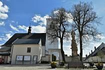 Farní kostel sv. Mikuláše v Šumvaldu, jednolodní gotická stavba z poloviny 14. století