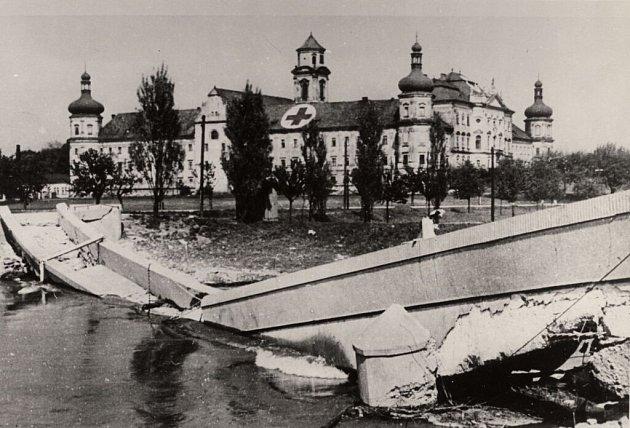 Zničená lávka přes Moravu uKlášterního Hradiska. Květen 1945