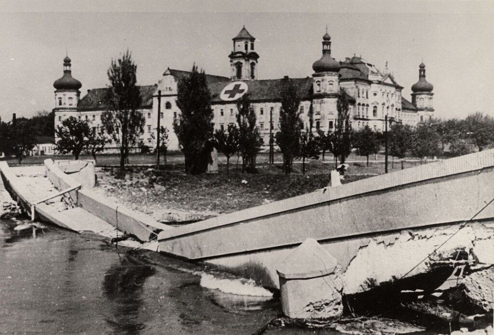 Zničená lávka přes Moravu u Klášterního Hradiska. Květen 1945
