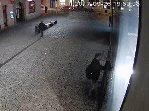 Vandal čmárající na zeď nákupního centra v Olomouci