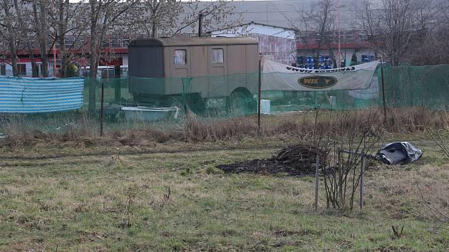 Bezdomovec ubil parťáka trubkou. K vraždě došlo v zahradách v Holické ulici v Olomouci