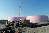OBŘÍ JÍMKY. Betonové fermentační nádrže, které vyrostly v areálu zemědělského družstva v Bohuňovicích, mají průměr 28 metrů.