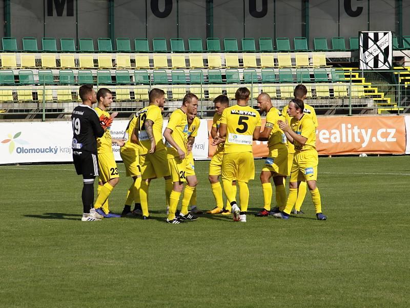 Fotbalisté Holice (v bílém) prohráli se Stráním 0:2.