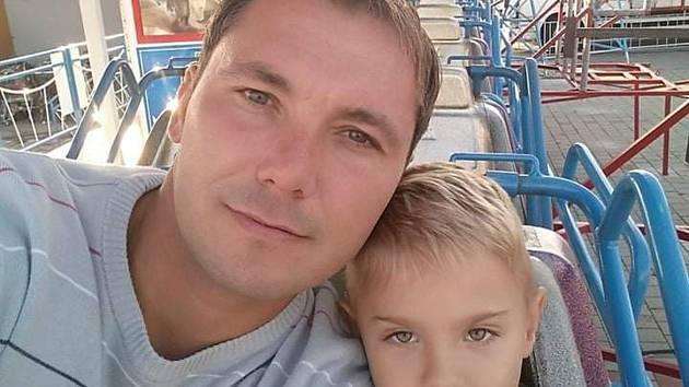 Útočník Bouzova Tomáš Pavlinský se synem.