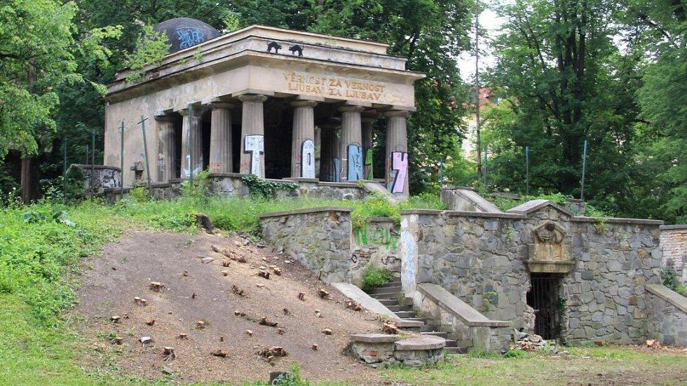 Jihoslovanské mauzoleum před zahájením rekonstrukce v květnu 2016