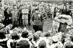 Odhalení památníku v roce 1948. Na počest letci Tabačnikovovi, který byl sestřelen 9. května 1945 v Litovli nad Komárovem.