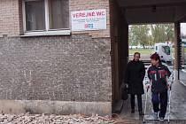 """Toalety na Žerotínově náměstí procházejí rekonstrukcí. Podle toaletářky je o toto veřejné WC zájem – zejména poté, co byl zbourán nedaleký Prior, který měl """"konkurenční"""" toalety."""