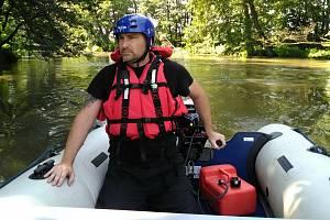 Pátrací akce po vodákovi, který vypadl z kanoe do Moravy u Moravičan, 2. 7. 2020