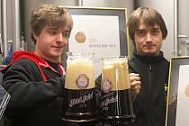Radek Jadrníček (vpravo) je hlavní sládek pivovaru, který nese jeho jméno. Pracuje v něm i se svým bratrem Lubošem (vlevo). Slaví úspěch s jejich pivem Jadrošem