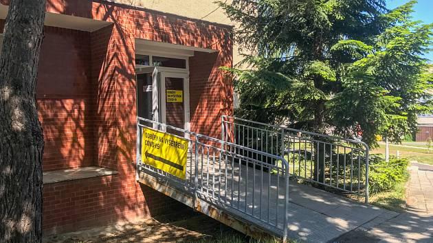 Fakultní nemocnice Olomouc v pátek přestěhovala odběrové místo na vyšetření na covid.