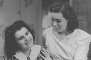 Vlasta Chramostová (vpravo) v Městském divadle Olomouc, rok 1945. Na snímku s Martou Kučírkovou v inscenaci Šťastný věk.