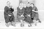 Nedělní přáslavické sedánky. V roce 1946 před domem Marie Prečové. Zprava: Olga Doleželová, Marie Prečová, Anna Kubáčová, Amálie Tomečková.