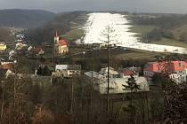 Sjezdovka v Hlubočkách 17. ledna 2020 odpoledne. Na svahu je v průměru 40cm umělého sněhu