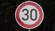 Značka upravující rychlost na 30 km/h