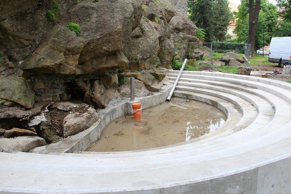 Stavba vodopádu v Bezručových sadech v Olomouci, 15. července 2021. Hotové je jezírko z pohledového betonu a v šachtě se instalují technologie.