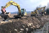 Povodí Moravy upravuje koryto Dolanského potoka. Bagruje se a kácí. (8.února 2020)