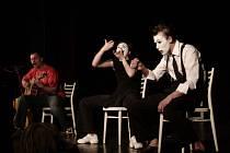 Dnešní vystoupení písničkáře Xaviera Baumaxy osvěží živé klipy v podání souboru Teatro Pantomissimo.