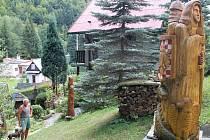 Oldřich Vrána vyřezává sochy ze dřeva, sochá i pískovec.