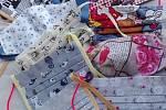Dobrovolníci v izolované Litovli roznáší lidem jídlo i roušky