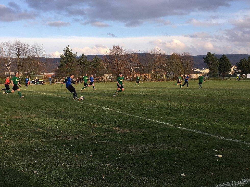 Fotbalisté Střelic (v zeleném) porazili Dlouhou Loučku 2:0.