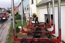K vážné nehodě došlo v Hnojicích na Olomoucku. Přívěs za nákladním autem na převoz dřeva se utrhl za jízdy a skončil v rodinném domě