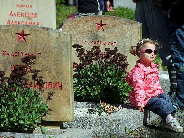 Hroby sovětských vojáků na olomouckém hřbitově v Neředíně