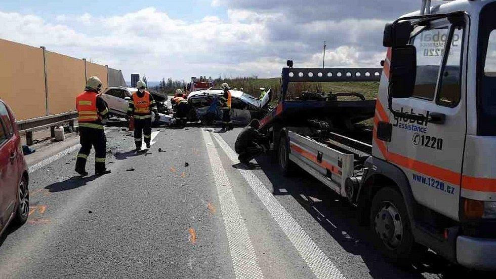 Odstraňování následků hromadné nehody na obchvatu Zvole, 23. dubna 2021