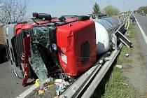 Převrácená cisterna na dálnici od Mohelnice.