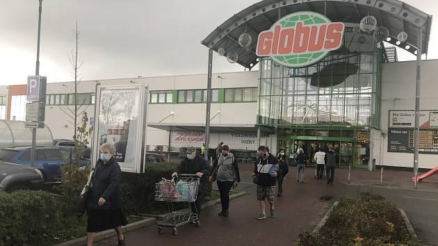 Nedělní zákaz prodeje poslal lidí do obchodu v sobotu, 31. října 2020.