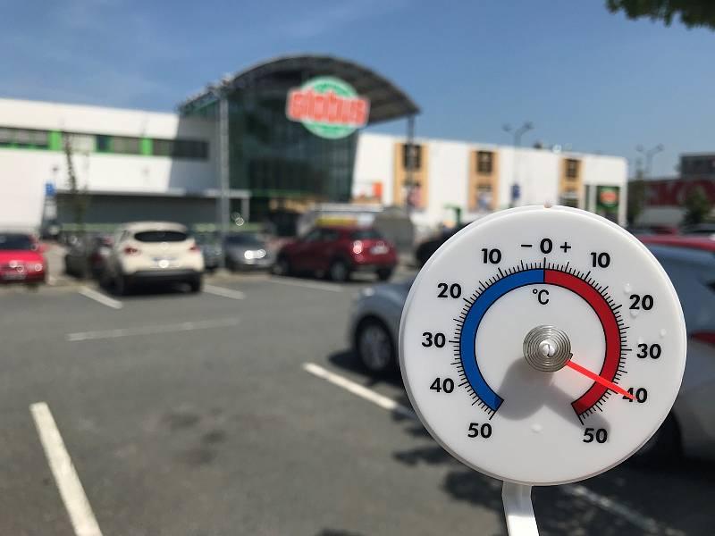 26.6.2019. Na parkovišti u Globusu na okraji Olomouce bylo hodinu po poledni 40 stupňů Celsia.