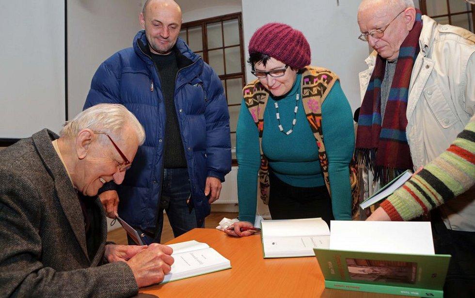 Historik Milan Tichák představil v Radeckého sále novou knihu Olomoucké vycházky