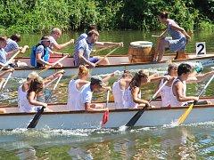 Závody dračích lodí na řece Moravě v Olomouci