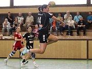 Zora (v tmavém) prohrála se Slavií první zápas o bronz 27:28. Lucie Dostálová