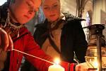 Betlémské světlo přijelo na hlavní nádraží v Olomouci vlakem z Brna. Skauti je potom roznášejí do kostelů
