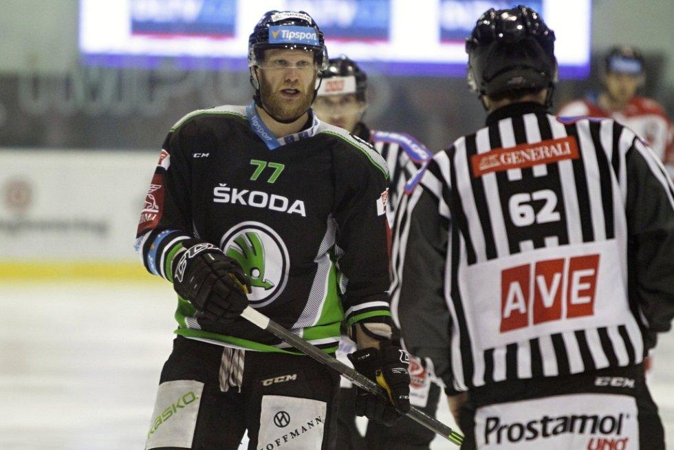 Olomoučtí hokejisté (v bílém) podlehli Mladé Boleslavi 2:4. David Štich.