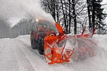 Sněhová fréza v akci mezi Jívovou a Hraničnými Petrovicemi.