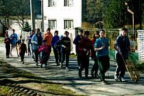 KLAPAČI. Velikonoční hrkání dětí v Řídeči v dubnu v roce 1992. Tato tradice funguje v obci od roku 1946, kdy byla obec osídlena českými obyvateli.
