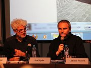Veřejná debata o osvětlení Horního náměstí v Olomouci (zleva architekt Pavel Pospíšil, vpravo architekt Jan Šépka)