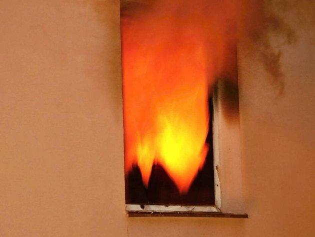 Hasiči zasahují u požáru bytu v Čajkovského ulici