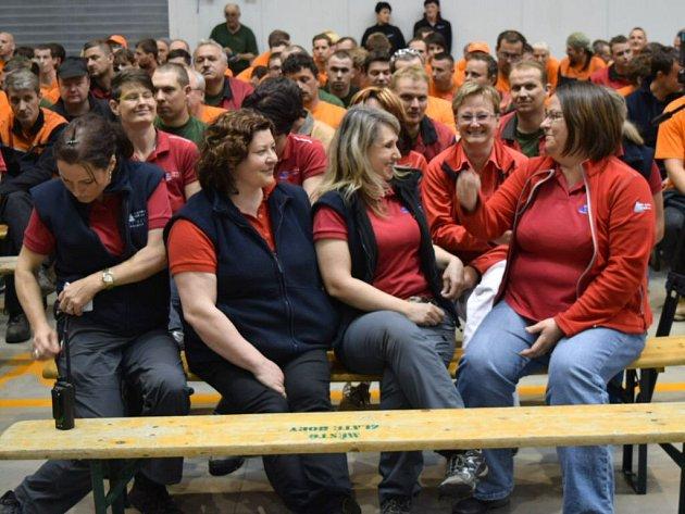 Zaměstnanci společnosti Česko-slezská výrobní ve Zlatých Horách čekají na setkání sprezidentem Zemanem