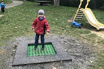 Nové zemní trampolínky na dětských hřištích ve Šternberku, 11. října 2020