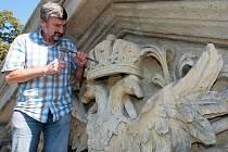Restaurátor Ladislav Werkmann při práci na opravě Terezské brány