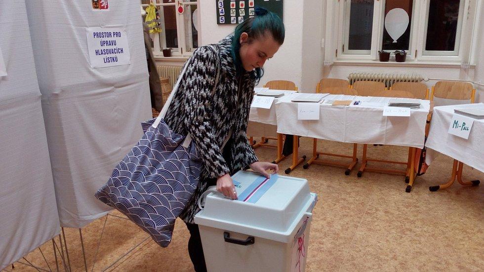 Pátek po 22. hodině: pečetění uren ve volební místnosti ZŠ 8.května v Olomouci