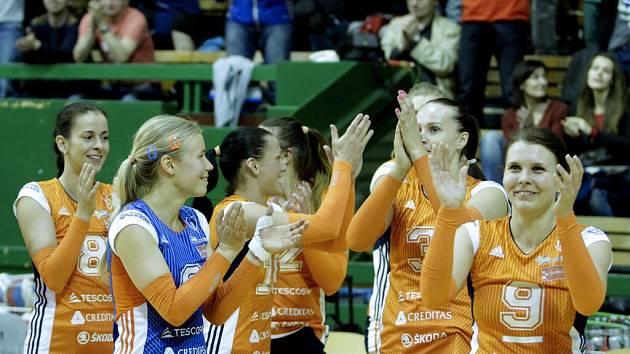 Olomoucké volejbalistky se zdraví s diváky po zisku stříbrné extraligové medaile