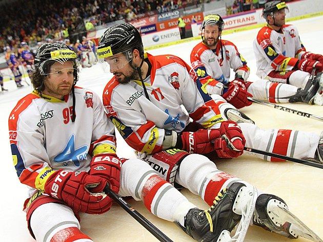 Olomoučtí hokejisté po skončení zápasu vBudějovicích čekali až bude dobojováno ivChomutově. Dočkali se příznivých zpráv a oslavy mohly vypuknout.