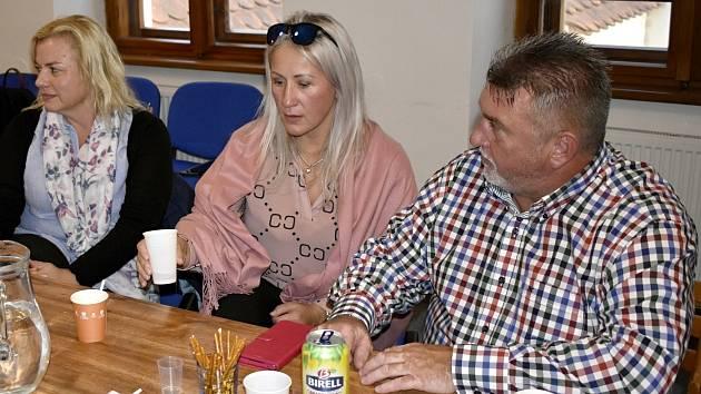 Štáb ČSSD v sídle strany v Panské ulici v centru Olomouce -(zprava) krajský lídr Ladislav Hynek, Lenka Rašková, Jana Oulehlová