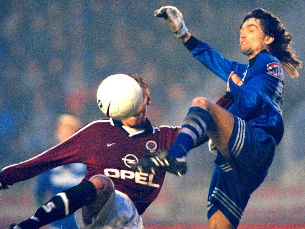 A jedna z podzimu sezony 1997/98: Martin Kotůlek (vpravo) na Letné v souboji s Horstem Sieglem