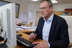 Olomoucký hejtman Jiří Rozbořil při on-line rozhovoru se čtenáři Deníku