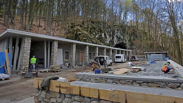 Rekonstrukce vstupu do Javoříčských jeskyní. Duben 2015